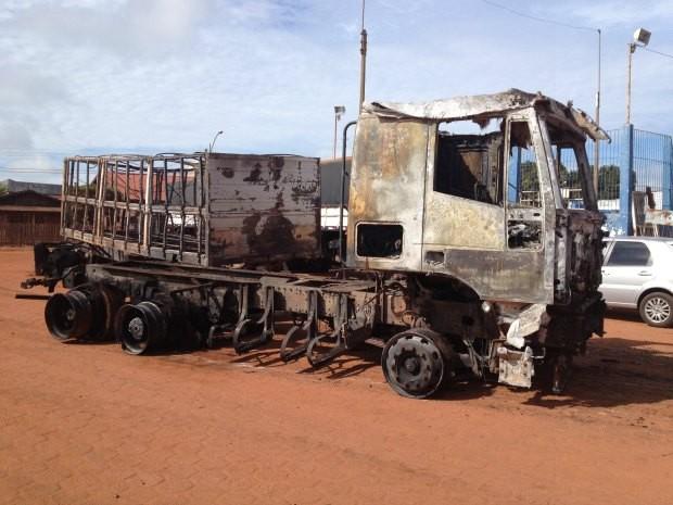Carreta queimada durante a madrugada de segunda-feira, 13 (Foto: Paula Casagrande/G1)