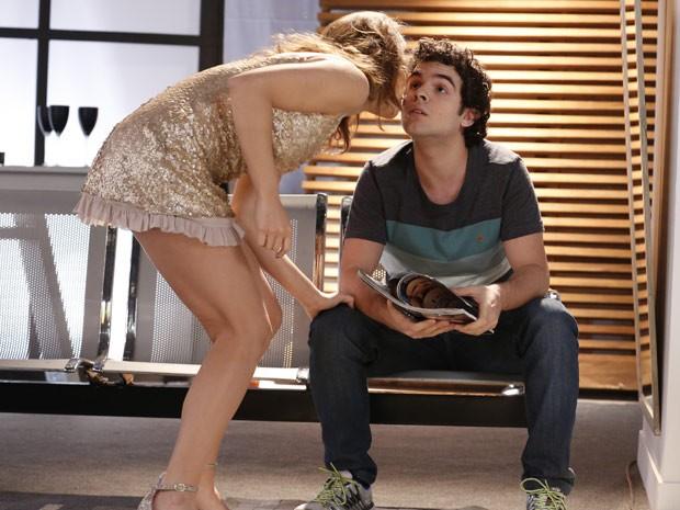 Elisa dá um beijo em Bernardo (Foto: Ellen Soares / Gshow)