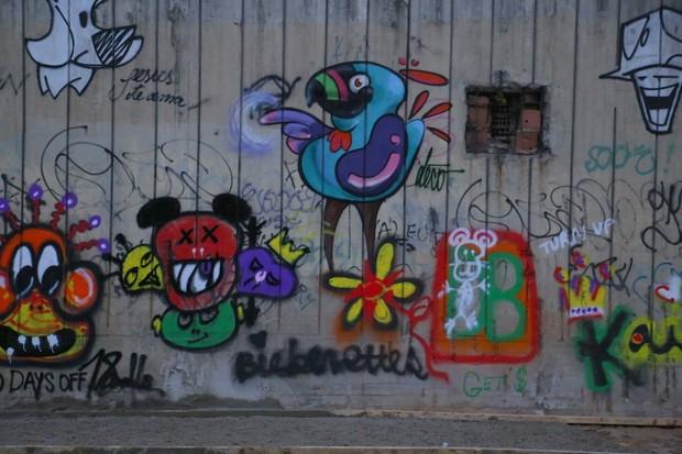 Grafite de Justin Bieber no Rio (Foto: Delson Silva e Gabriel Reis/Agnews)