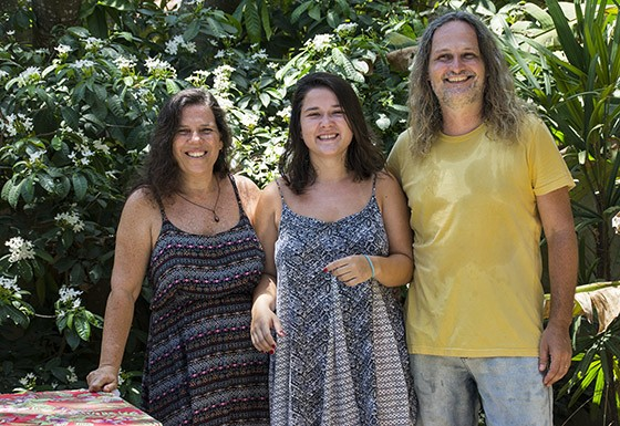 Marcelo Ficher com a mulher Taís Mendes e a filha Julia no jardim da Casa Flor  (Foto: © Haroldo Castro/Época)