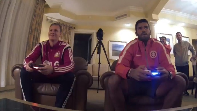 Alisson e Bernd Leno se desafiam no videogame (Foto: Reprodução / Bayer TV)