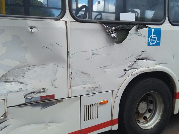 Lateral dos dois veículos ficou danificada (Foto: Osvaldo Nóbrega/TV Morena)