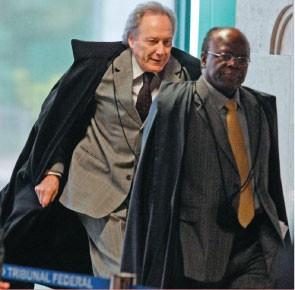 PROVOCAÇÃO Ricardo Lewandowski e Joaquim Barbosa. Para o revisor, revisar é encontrar erros  no trabalho do relator  (Foto: Andre Dusek/AE)
