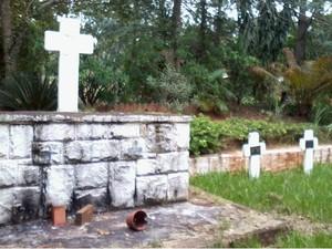 Além de uma igreja, um mosteiro e um jardim, um cemitério existe no local (Foto: Giliardy Freitas/TV Tem)