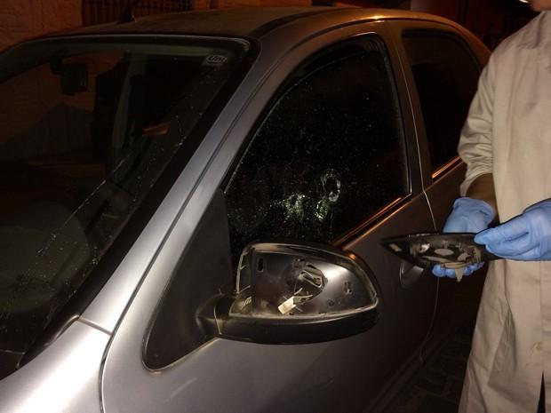 Perícia recolheu materiais do veículo ainda na noite de domingo (Foto: Rodrigo Garcia/Polícia Civil)