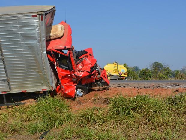Motoristas dos dois caminhões morreram na hora, segundo PRF (Foto: Jeferson Carlos/ G1)