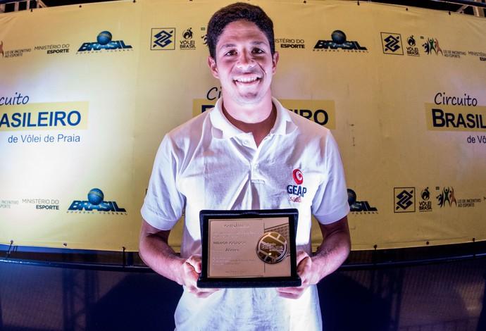 Álvaro Filho levou o prêmio de melhor jogador da temporada 2016/2017  (Foto: Daniel Zappe/MPIX/CBV)
