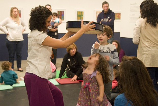 Adultos e crianças interagem com obras e músicas (Foto: Karina Bacci)
