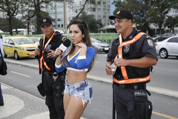 Mulher Melão apronta todas nos arcos olímpicos (Foto: Marcos Serra Lima / EGO)