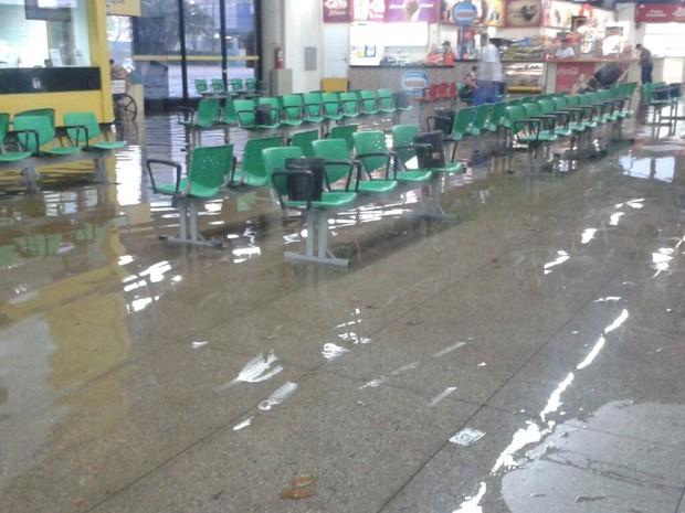Rodoviária de Piracicaba ficou debaixo d'água durante chuva (Foto: Deovaldo Rodrigues)