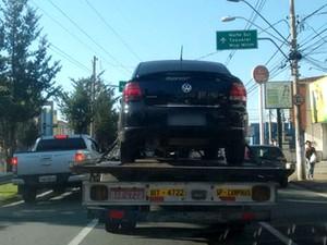 Carro foi apreendido por suspeita de transporte clandestino em Campinas (Foto: Robson Costa)