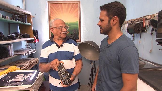 Pablo Vasconcelos entrevista Anísio Carvalho, fotógrafo há 60 anos (Foto: TV Bahia)