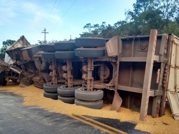 Veículo tombou, mas ninguém ficou ferido na SP-189 (Foto: Arquivo Pessoal)