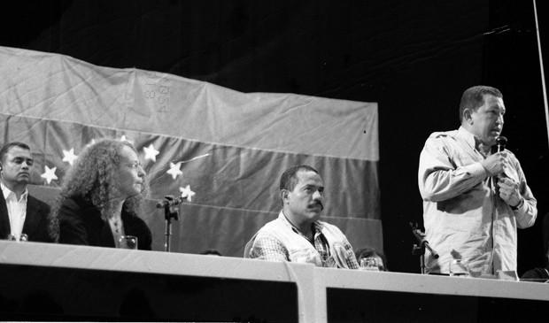 Luciana Genro presta apoio a Hugo Chávez, em 2004, durante Fórum Social Mundial de Porto Alegre (Foto: Arquivo Pessoal)