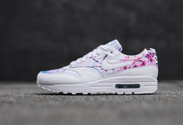 Tênis fashion da Nike vem com estampa de flor de cerejeira. Desejo ... fcef973a3b56d