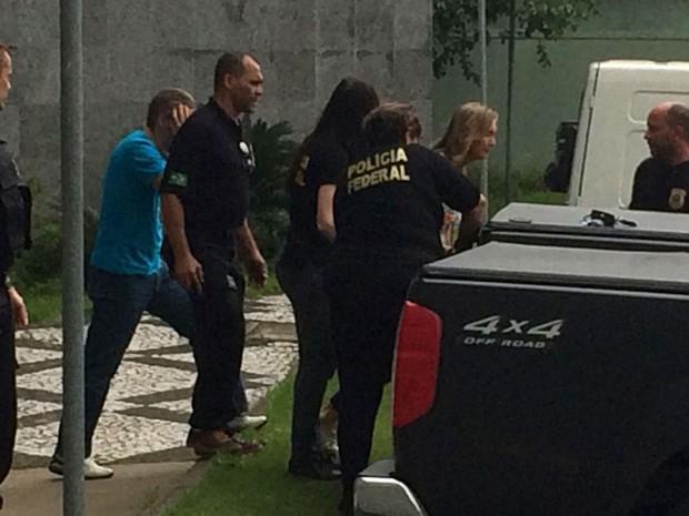 A publicitária Nelci Warken deixa a sede da Polícia Federal em São Paulo após ser presa durante a 22ª fase da Lava Jato na manhã desta quarta-feira (27) (Foto: Tatiana Santiago/G1)