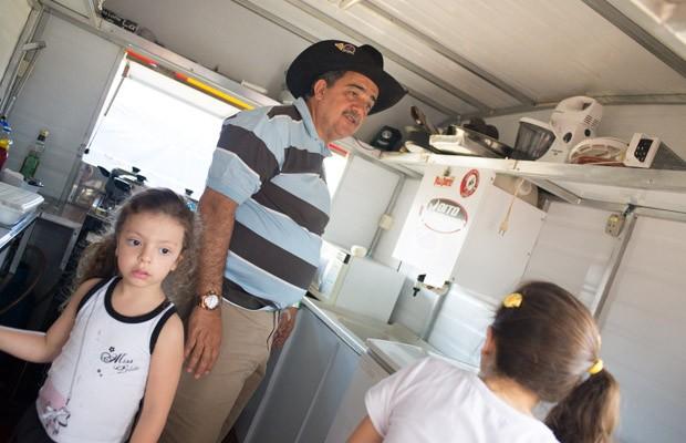 Vitor mostra a cozinha onde é preparada a comida para os 24 festeiros (Foto: Érico Andrade/G1)
