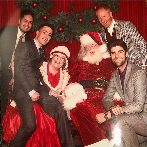 O ator de 'Modern Family' Jesse Tyler Ferguson (acima, à dir.) e o marido, o advogado Justin Mikita (abaixo, à dir.), se encontraram com o Papai e a Mamãe Noel em pessoa! (Foto: Instagram)