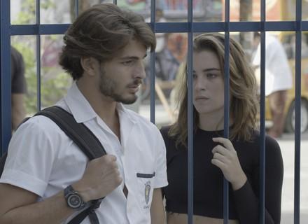 Roger cai no plano de Luciana e conta fofoca para Flávia