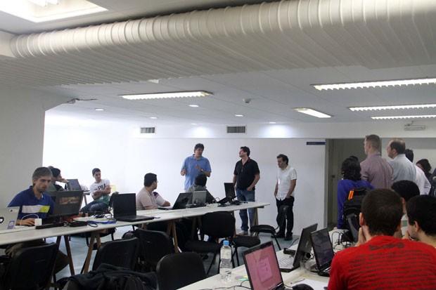Prefeito Fernando Haddad (PT), de camisa azul, ao lado do secretário municipal de transportes Jilmar Tatto, durante a maratona hacker da SPTrans, em outubro de 2013. (Foto: Divulgação/SMT/Elisa Rodrigues)
