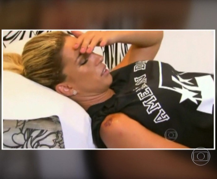 Valesca Popozuda tatuou um beijinho no ombro (Foto: TV Globo)