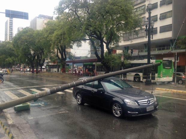 Carro de luxo foi atingido por um poste que caiu durante a chuva em São Paulo (Foto: Márcio Pinho/G1)