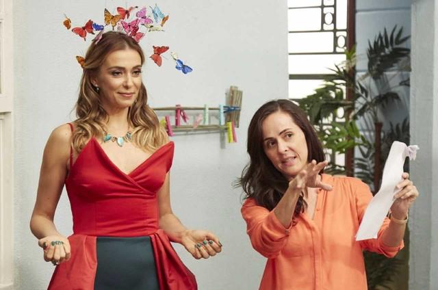 Mônica Martelli recebe as orientações da diretora Vivianne Jundi antes de entrar em cena como a bruxa Tulipa em 'Detetives do prédio azul' (Foto: Guto Costa)