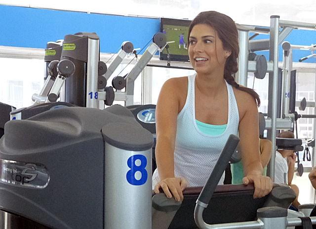 Fê mostra disposição na bicicleta! (Foto: Salve Jorge/TV Globo)