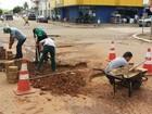Empresário decide tapar buracos de rua por conta própria, em Jaru, RO