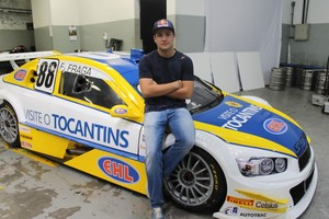 Felipe Fraga ao lado do carro que vai disputar a Stock Car (Foto: Daniel Freire/Divulgação)
