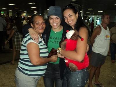 Amanda Nunes entre a mãe, dona Ivete, e a irmã, Val (Foto: Arquivo Pessoal)