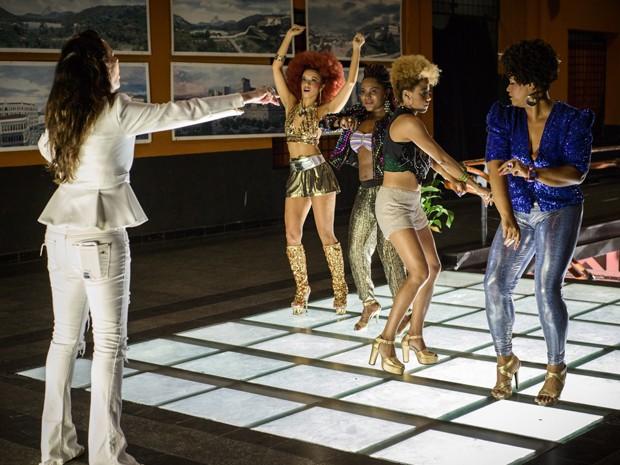 Fernanda Chamma orienta as quatro atrizes durante as gravações (Foto: Alex Carvalho/TV Globo)
