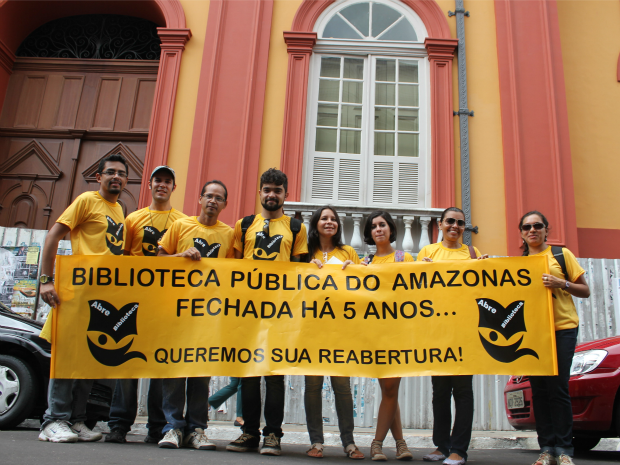 "Movimento ""Abre Biblioteca"" em protesto contra a inoper&#226;ncia da biblioteca (Foto: Adneison Severiano/G1 AM)"