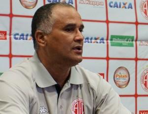 Oliveira Canindé, técnico do América-RN (Foto: Augusto Gomes/GloboEsporte.com)