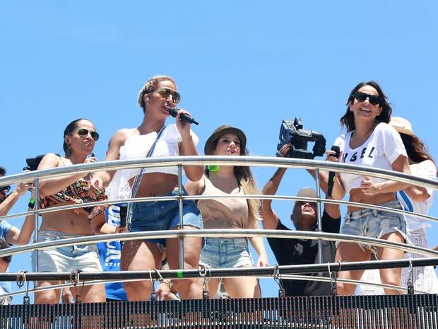 Valesca Popozuda canta beijinho no ombro no trio de Ivete no arrastão de carnaval em Salvador (Foto: Mauro Zaniboni/ Ag Haack)