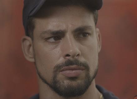 Juliano pega Zé Maria à força pelo braço e decide entregá-lo à polícia