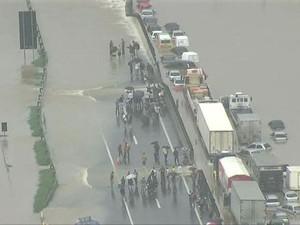 Dutra alagada após temporal no Rio (Foto: Reprodução / TV Globo)