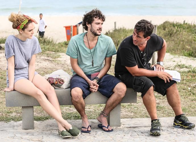 Isabelle e Jayme conversam com o diretor Adriana Melo (Foto: Carol Caminha/Gshow)
