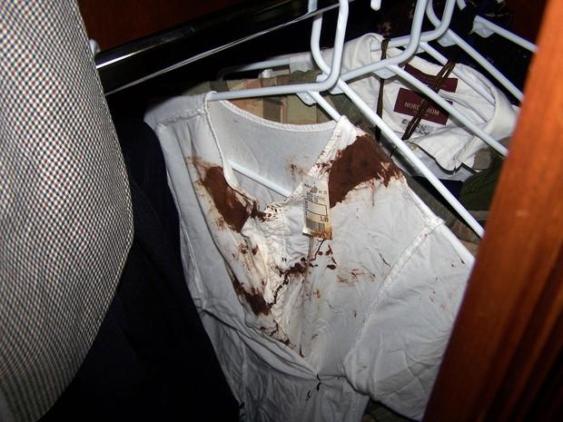 Blusas com marcas de sangue em quarto de Michael Jackson (Foto: Grosby Group)