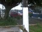 Poste danificado em via preocupa moradores de Itanhaém, litoral de SP