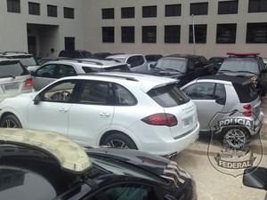 Carros de luxo foram levados pelos policiais federais da casa do empresário. (Foto: Divulgação/ Polícia Federal)