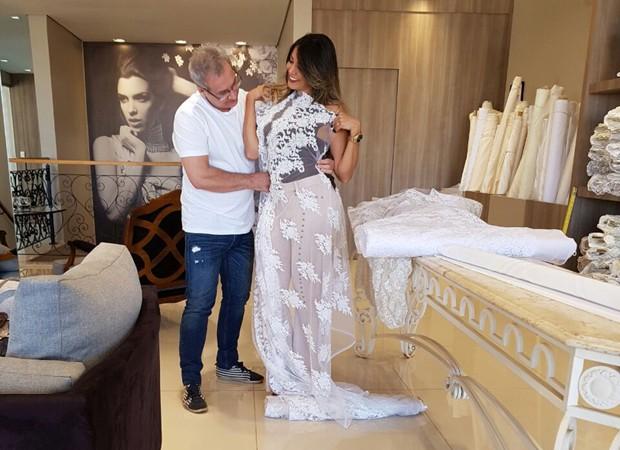Fabiana Teixeira e o estilista Marco Castioni, responsável pelo vestido de noiva (Foto: Arquivo pessoal)
