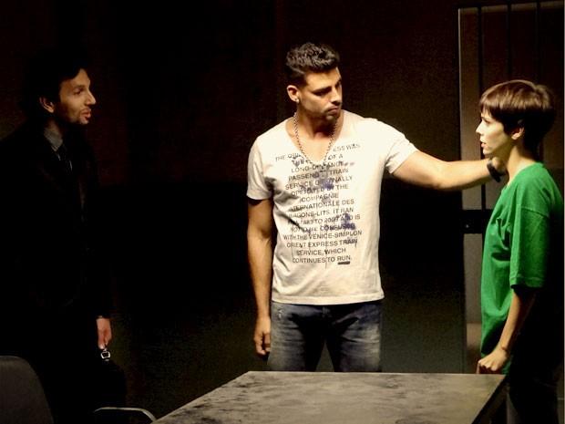Jorginho chega com advogado e dá a notícia a Nina (Foto: Avenida Brasil / TV Globo)