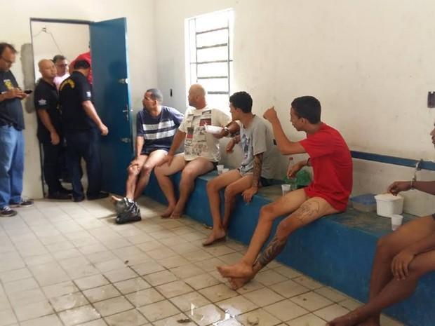 Presos foram algemados em canos em Alagoas (Foto: Divulgação/Sindpol)