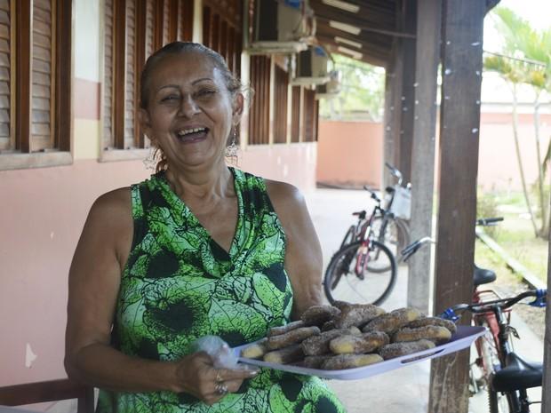 Com a venda de biscoitos Monteiro Lopes, Elba Rosa conseguiu comprar centrais de ar e instrumentos musicais (Foto: Abinoan Santiago/G1)