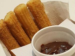 Os clientes podem doar 1kg de alimento em troca de um mini churros espanhol, além de um desconto de 50% no combo churros brasileiro e churros stick (Foto: Divulgação/Churros Lovers)