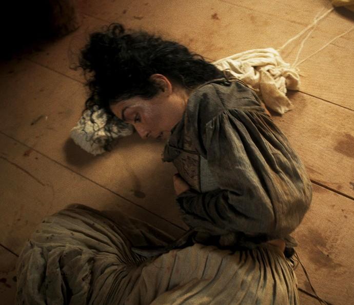 Antônia vai ao chão, após ser atingida por Rubião e não resiste (Foto: TV Globo)