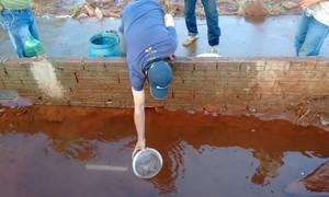 Sem água, moradores de Maringá cavam buraco e encontram mina