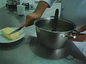 Acrescente uma colher de manteiga sem sal (Foto: Eliena Monteiro/G1 AM)