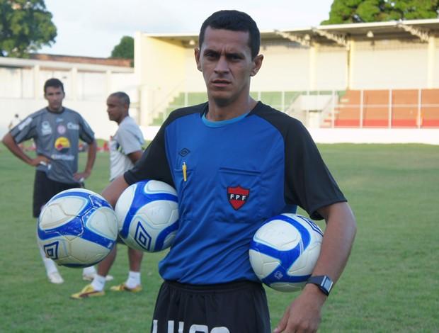 árbitro recolhendo as bolas no jogo Flamengo-PB e Esporte de patos (Foto: Larissa Keren)